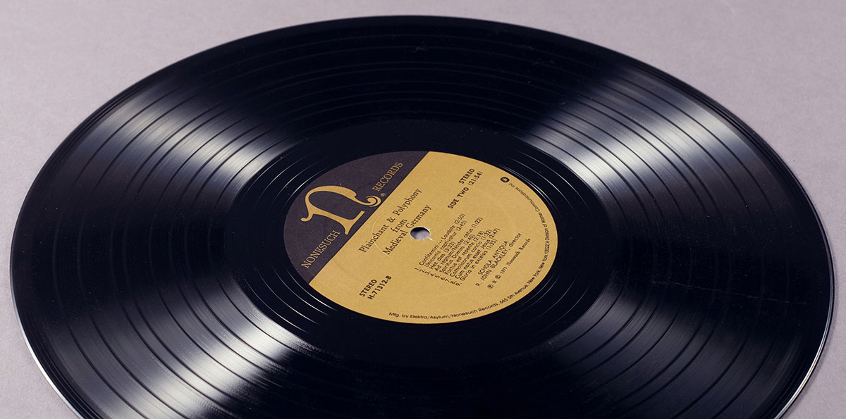 Is it ok to clean vinyl records with alcohol